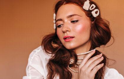 Come indossare collana di perle lunga